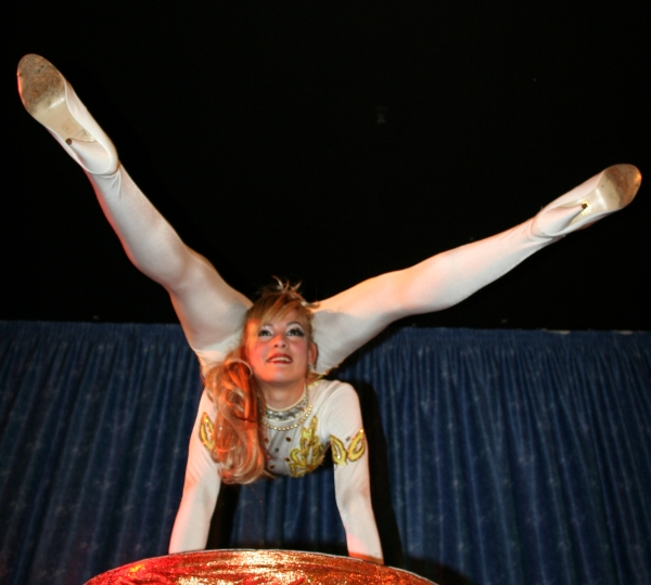 photo-picture-image-contortionist-stage-show-circus-act-con1