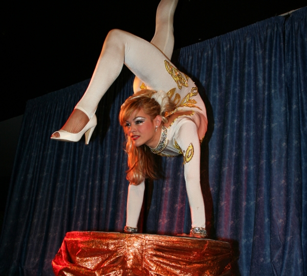 photo-picture-image-contortionist-stage-show-circus-act-con3